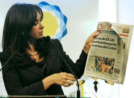 Cristina Kirchner con un ejemplar del diario argentino 'Clarín' Foto: AFP