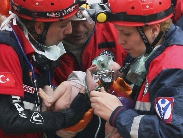 Rescatan a una bebé de 2 meses que quedó atrapada luego de un derrumbe en Turquía.