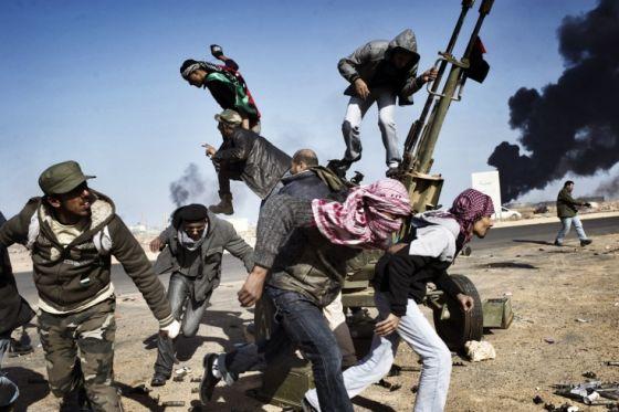 Rebeldes libios en combate. (Foto: Yuri Kozyrev)
