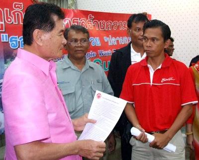 Investigan el asesinato del periodista  (a la derecha) Phuketgazette.net