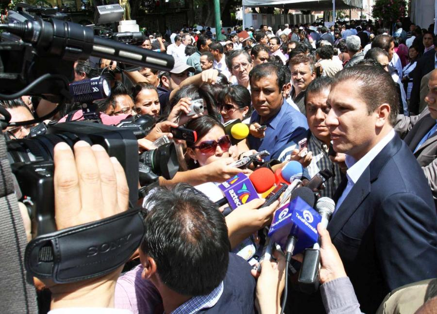 El gobernador de Puebla en México, Rafael Moreno Valle Rosas, sostiene una entrevista con medios locales. Foto: Tomada de comunicacionsocial.puebla.gob.mx