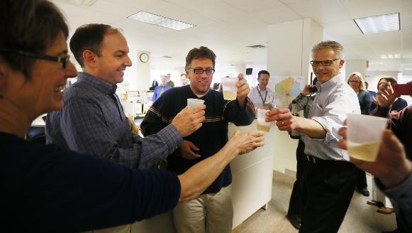 Periodistas del Start Tribune celebran en la redacción por los premios Pulitzer ganados (Foto Start Tribune)