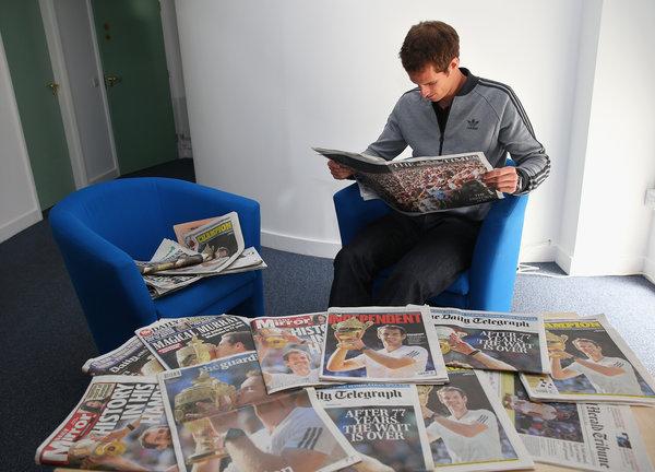 Andy Murray lee diarios la mañana del lunes, un día después de ganar Wimbledon/ NYT.
