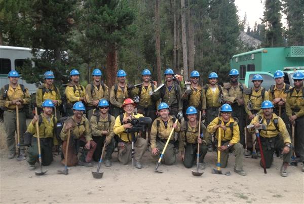 Al Henkel posa con su cámara junto a los bomberos forestales (Foto Al Henkel/ NBC News)