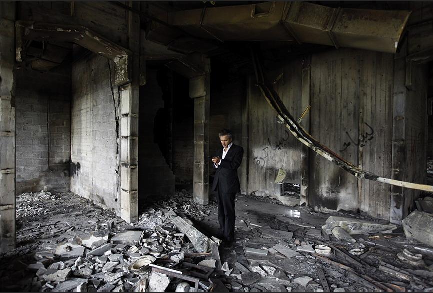 Levy tomando notas para un reportaje sobre la caída de Gadafi, en Misrata, en 2011. (Foto de El País)