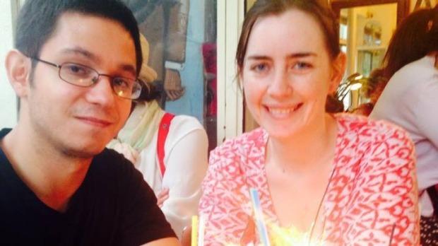 Simon al lado de su novia  http://www.smh.com.au/