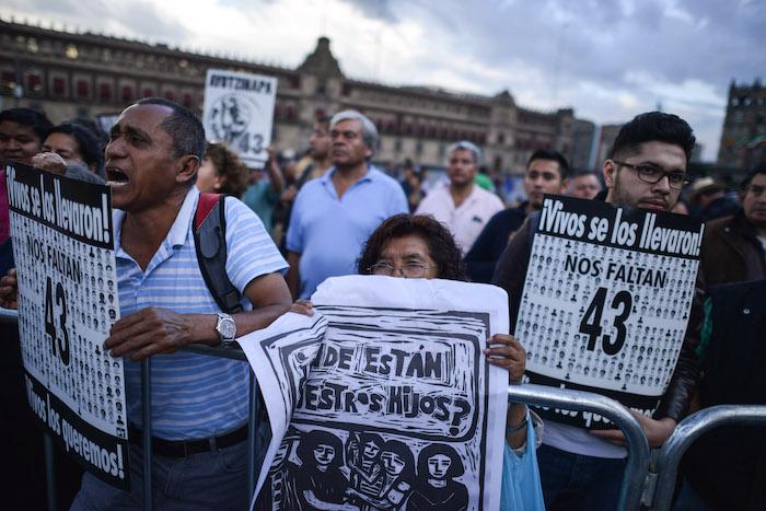 MÉXICO, D.F., 24SEPTIEMBRE2015.- Familiares de los 43 estudiantes normalistas desaparecidos el 26 de septiembre en Iguala Guerrero, realizaron una conferencia en el Platón 43x43, después de su reunión con el presidente de México, Enrique Peña Nieto. Los padres informaron que el ejecutivo no se comprometió a nada y convocan a la sociedad a manifestarse el próximo 26 de septiembre, día en el que se cumple el primer aniversario del ataque y la desaparición. FOTO: ADOLFO VLADIMIR /CUARTOSCURO.COM