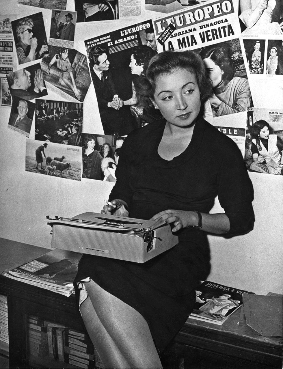 Fallaci, en la redacción del periódico 'L'Europeo' en 1955. / ED. AGUILAR