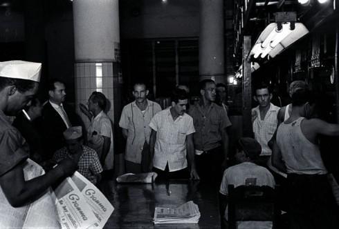 Primera tirada del Periódico Granma. Su director, Isidoro Malmierca, revisa las planas en la rotativa, el 4 de octubre de 1965. Foto: Jorge Oller