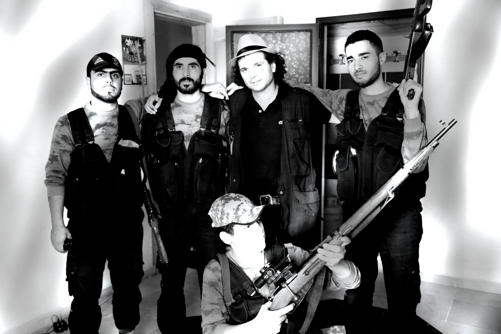 """Dice el reportero sobre esta foto: """"Junto a miembros del grupo de protección del FRENTE ISLAMICO en la ciudad martir de Marae, en las proximidades de Alepo, cubriendo las sanguinarias matanzas de civiles en las guerras de Siria e Irak"""""""