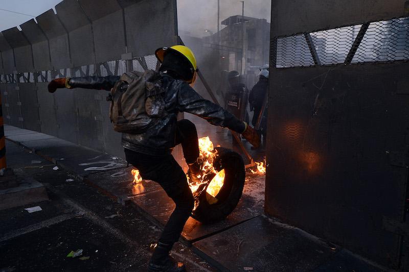 Cientos de personas, entre movimientos sociales, maestros, activistas y gente proveniente de diferentes estados del país,  se congregaron a las afueras del Palacio Legislativo desde temprana hora para protestar en contra de la toma de protesta de Enrique Peña Nieto como presidente de México. Varios manifestantes resultaron heridos de gravedad con lesiones provocadas con balas de goma, y cartuchos de gas lacrimógeno debido al enfrentamiento con elementos de granaderos mientras se llevaba a cabo la toma de protesta de Peña Nieto. Foto: Rubén Espinosa / Procesofoto / DF.