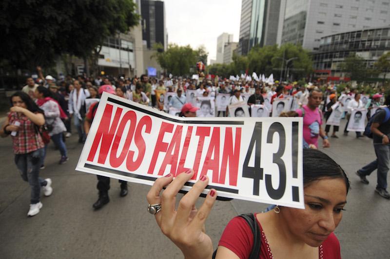 MÉXICO, D.F 26JUNIO15.- Activistas, ciudadanos y padres de los 43 normalistas de la normal de Ayotzinapa desparecidos en Iguala, Guerrero, marcharon del Ángel de la Independencia hacia el Palacio de Bellas Artes en donde realizarán un plantón denominado 43x43 con actividades culturales durante las siguientes 43 horas.   FOTO: RUBÉN ESPINOSA /CUARTOSCURO.COM