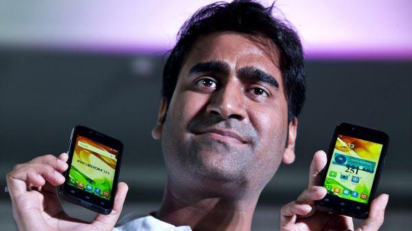 Denuncian por estafa el empresario indio que prometió el celular más barato del mundo