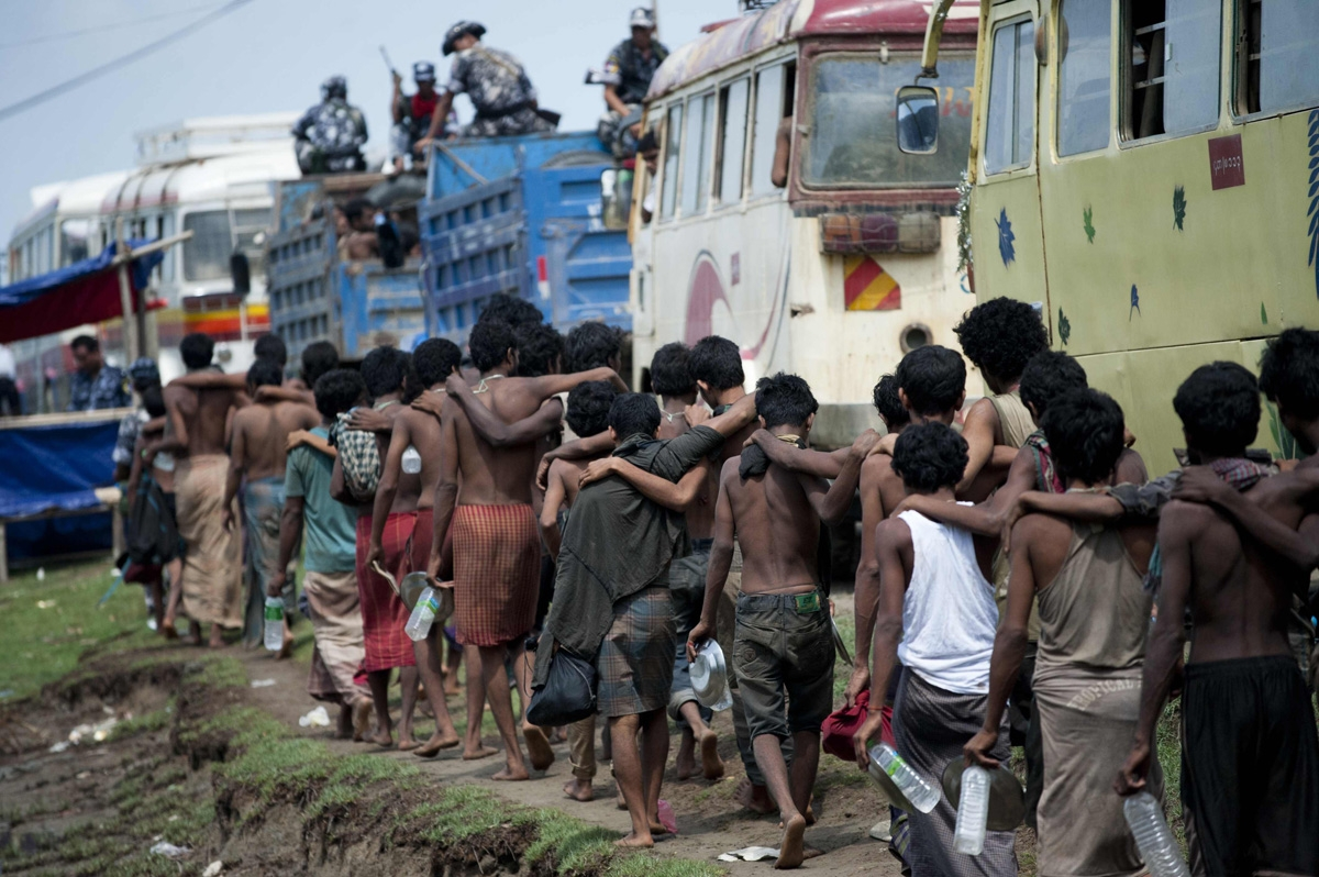 Cientos de migrantes, que fueron encontrados en un precario bote en el mar antes de desembarcar en Birmania, son trasladados a un refugio en MeeThike, en las afueras de Maungdaw, norte del estado Rakhine, el 4 de junio de 2015. (AFP / Ye Aung Thu)