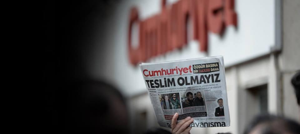 Justicia turca condena a la cárcel a periodistas del diario de oposición Cumhuriyet