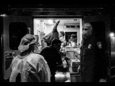 Médico de urgencias documenta con su cámara la batalla del COVID-19 en un hospital de Los Ángeles